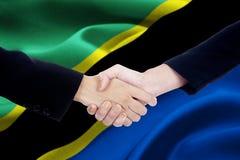 Poignée de main de réunion avec le drapeau de la Tanzanie Photo libre de droits