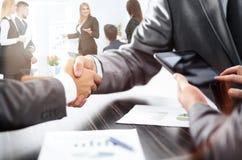 Poignée de main des associés après discussion le financier Image stock