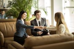 Poignée de main des associés après la discussion d'un nouveau contrat dans un bureau moderne photos stock