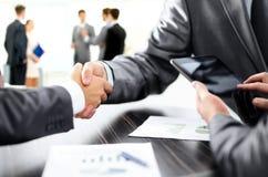 Poignée de main des associés après la discussion du financier Photo stock