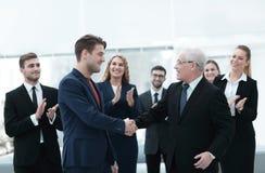 Poignée de main des associés après une réunion d'affaires dans le bureau Images libres de droits