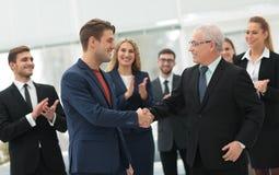 Poignée de main des associés après une réunion d'affaires dans le bureau Photos stock