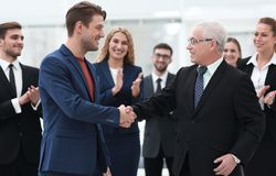 Poignée de main des associés après une réunion d'affaires dans le bureau Photo libre de droits