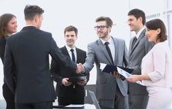 Poignée de main des associés avant la transaction financière Photographie stock