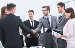 Poignée de main des associés avant la transaction financière Photos libres de droits