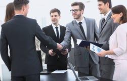 Poignée de main des associés avant la transaction financière Image stock