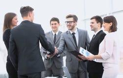 Poignée de main des associés avant la transaction financière Photos stock