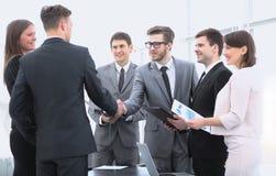 Poignée de main des associés avant la transaction financière Image libre de droits