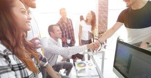 Poignée de main des collègues dans un bureau créatif Image libre de droits