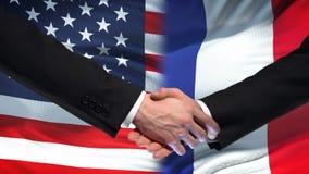 Poignée de main des Etats-Unis et des Frances, amitié internationale, fond de drapeau banque de vidéos