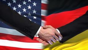 Poignée de main des Etats-Unis et de l'Allemagne, amitié internationale, fond de drapeau banque de vidéos