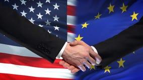 Poignée de main des Etats-Unis et de l'UE, amitié internationale, fond de drapeau clips vidéos
