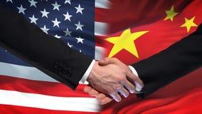 Poignée de main des Etats-Unis et de la Chine, amitié internationale, fond de drapeau banque de vidéos