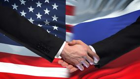 Poignée de main des Etats-Unis et de la Russie, amitié internationale, fond de drapeau banque de vidéos