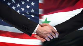 Poignée de main des Etats-Unis et de la Syrie, amitié internationale, fond de drapeau clips vidéos