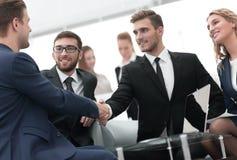 Poignée de main des gens d'affaires lors de la réunion d'affaires dans le bureau Photographie stock libre de droits