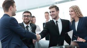 Poignée de main des gens d'affaires lors de la réunion d'affaires dans le bureau Images stock