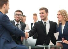 Poignée de main des gens d'affaires lors de la réunion d'affaires dans le bureau Photographie stock