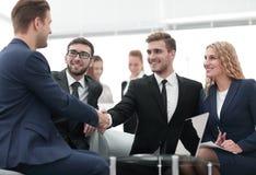Poignée de main des gens d'affaires lors de la réunion d'affaires dans le bureau Photos stock