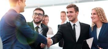 Poignée de main des gens d'affaires lors de la réunion d'affaires dans le bureau Photos libres de droits