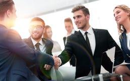 Poignée de main des gens d'affaires lors de la réunion d'affaires dans le bureau Images libres de droits