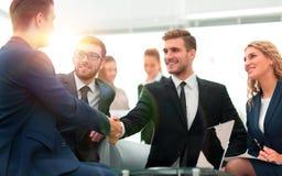 Poignée de main des gens d'affaires lors de la réunion d'affaires dans le bureau Photo libre de droits