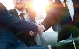 Poignée de main des gens d'affaires lors de la réunion d'affaires dans le bureau Image libre de droits