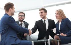 Poignée de main des gens d'affaires lors de la réunion d'affaires dans le bureau Image stock