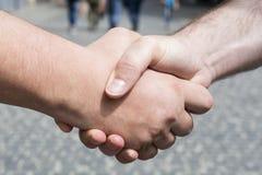 Poignée de main des hommes Images libres de droits