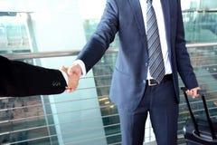 Poignée de main des hommes d'affaires à l'aéroport - concept de voyage d'affaires Photos stock