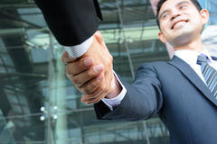 Poignée de main des hommes d'affaires avec le visage de sourire Photographie stock