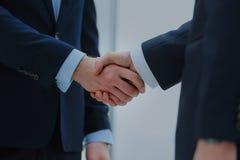 Poignée de main de deux hommes d'affaires dans le bureau Image libre de droits