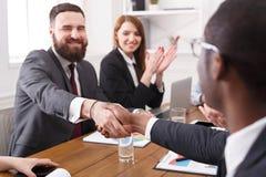 Poignée de main de directeurs après s'être réuni Fin vers le haut Photo libre de droits
