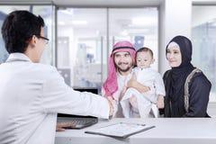 Poignée de main du Moyen-Orient de familles avec le pédiatre Images libres de droits