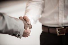 Poignée de main entre africain et un homme caucasien images libres de droits