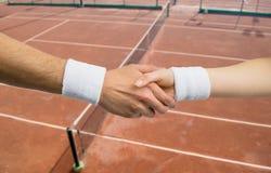 Poignée de main entre le joueur de tennis deux en concurrence Image libre de droits