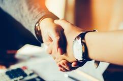 Poignée de main entre les businessmans en participation Photo libre de droits