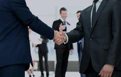 Poignée de main entre les concurrents avant le début du negot d'affaires Photo stock