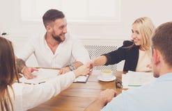 Poignée de main femelle d'affaires à la réunion de bureau, à la conclusion de contrat et au su Images stock