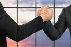 Poignée de main forte des hommes d'affaires Images libres de droits