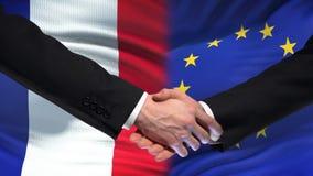 Poignée de main de Frances et d'Union européenne, amitié internationale, fond de drapeau banque de vidéos