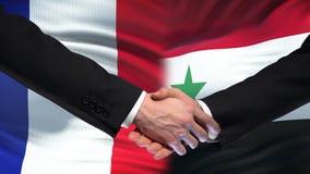 Poignée de main de Frances et de la Syrie, relations internationales d'amitié, fond de drapeau banque de vidéos
