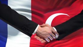 Poignée de main de Frances et de la Turquie, relations internationales d'amitié, fond de drapeau banque de vidéos