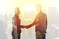 Poignée de main de l'homme d'affaires deux dans le concept de bureau de l'association et du travail d'équipe Double exposition images libres de droits