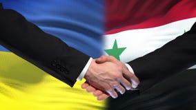 Poignée de main de l'Ukraine et de la Syrie, relations internationales d'amitié, fond de drapeau clips vidéos