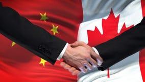Poignée de main de la Chine et de Canada, relations internationales d'amitié, fond de drapeau clips vidéos