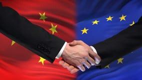 Poignée de main de la Chine et d'Union européenne, amitié internationale, fond de drapeau banque de vidéos