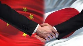 Poignée de main de la Chine et du Japon, relations internationales d'amitié, fond de drapeau clips vidéos