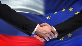 Poignée de main de la Russie et d'Union européenne, amitié internationale, fond de drapeau clips vidéos