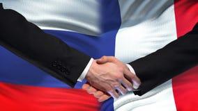 Poignée de main de la Russie et de Frances, sommet international d'amitié, fond de drapeau banque de vidéos